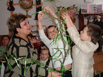 Традиция завязывать ленточки на ветке абрикосового дерева и загадывать желания прижилась и в нашем классе.